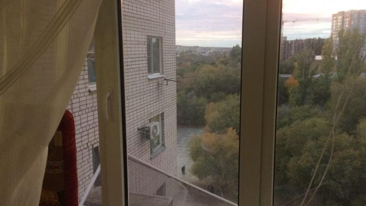 «Она часто оставляла малыша одного»: полиция Волгограда ищет мать ребенка, гулявшего по окну