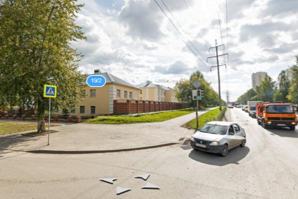 Теперь повернуть налево автомобилисты могут только на перекрестке с переулком Рижским, поворот на Военную запрещен