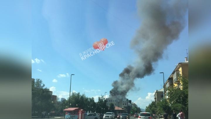 Здание бизнес-центра загорелось на Мира