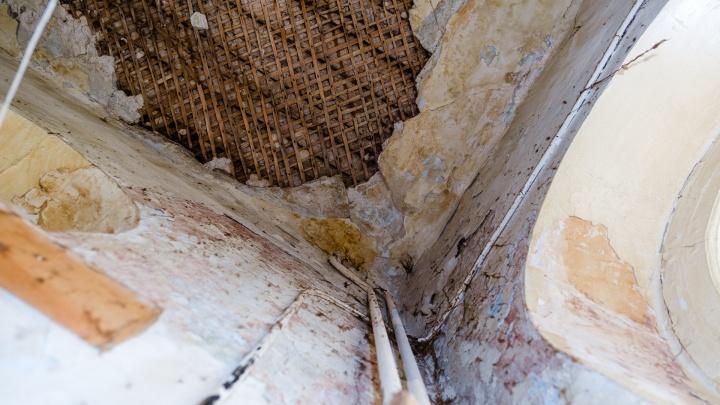 «Мы в особняке живём»: в центре Перми разваливается памятник архитектуры со 150-летней историей
