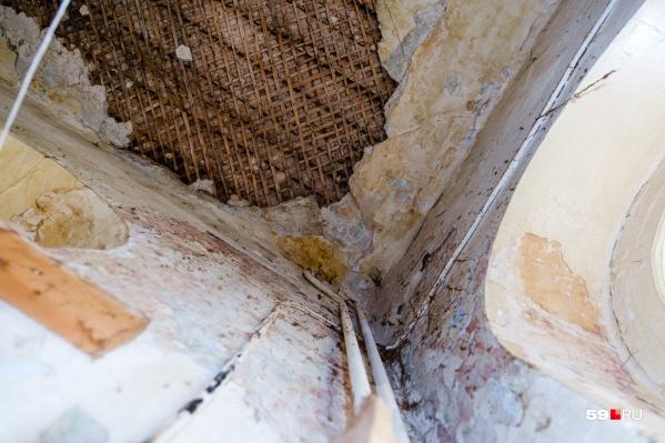 Потолки в этом особняке выше трех метров, но текут, сыпятся и вот-вот рухнут на голову жильцам