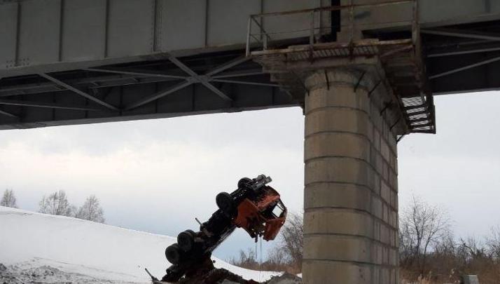 С моста под Ачинском рухнул КАМАЗ. Есть погибший