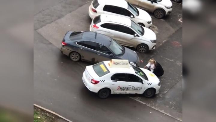 В Перми автомобиль такси заехал на тротуар и насмерть сбил пешехода