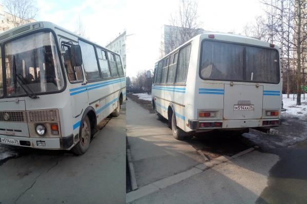Автобус полиции припарковали на тротуаре за зданием АОСД