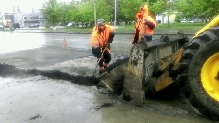 """""""Когда начали, дождя не было"""": екатеринбуржец снял юморных рабочих, которые укладывали асфальт в непогоду"""
