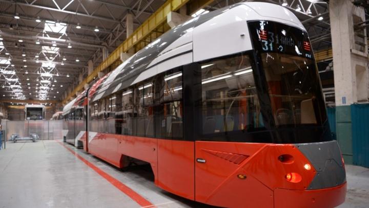 Губернатору Омской области показали 28-метровый трамвай в Екатеринбурге