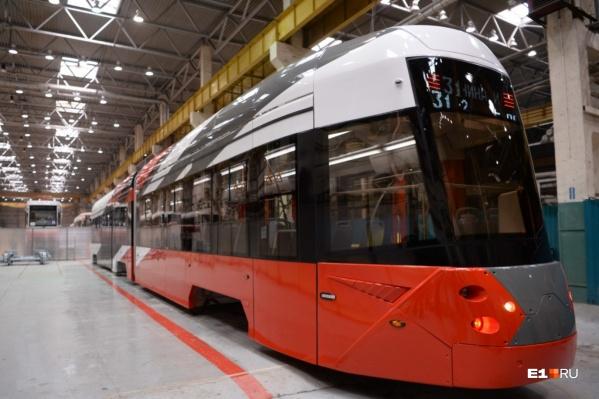 Новый трамвай от Уралтрансмаша очень длинный