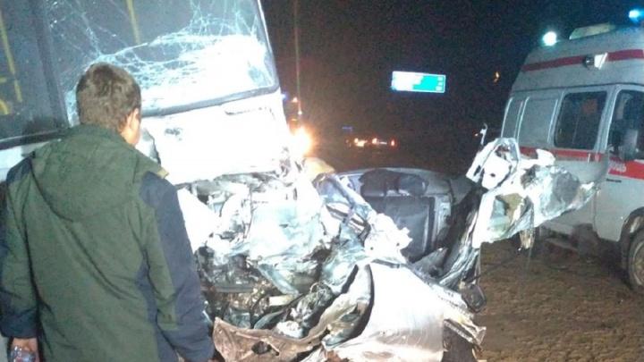 На тюменской трассе Mazda врезалась в автобус с пассажирами. Легковушка сгорела вместе с водителем