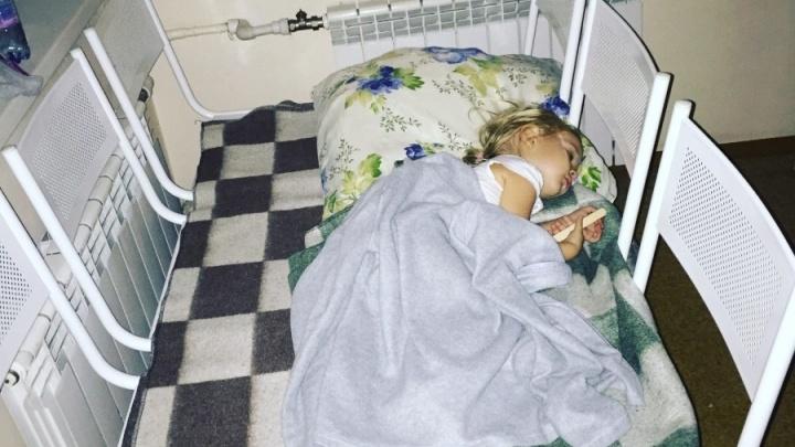 Мест нет, спите на лавке: из-за нехватки коек в больнице девочку с ОРВИ положили в коридоре