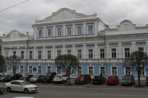 В особняке сейчас находится краеведческий музей, а когда-то жили миллионеры