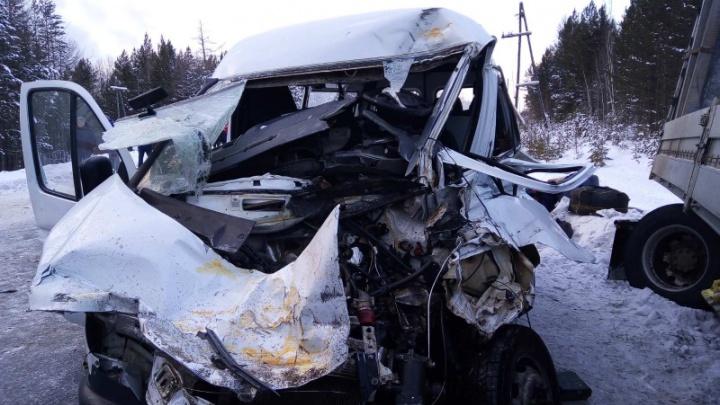 В жутком столкновении пассажирской «Газели» с грузовиками пострадали шестеро человек