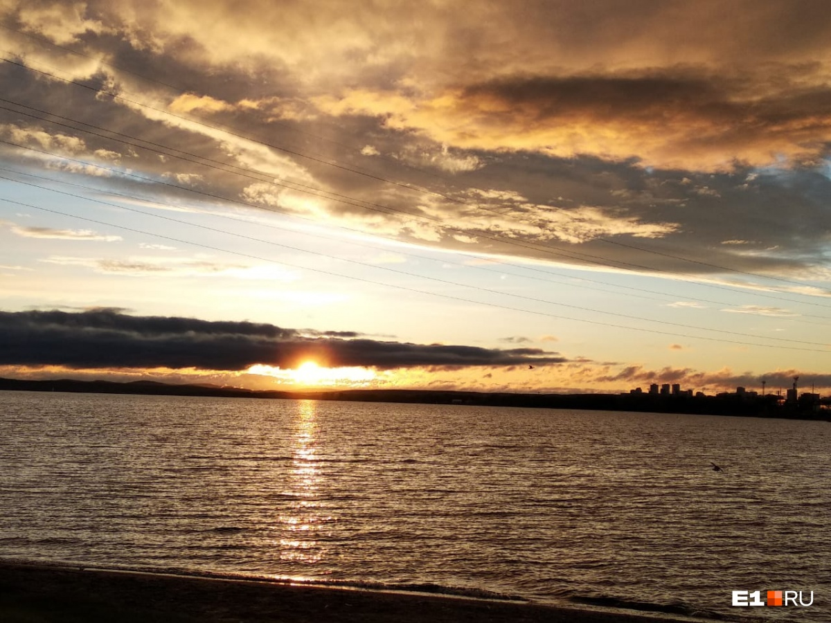 Красочный закат на ВИЗовском пруду
