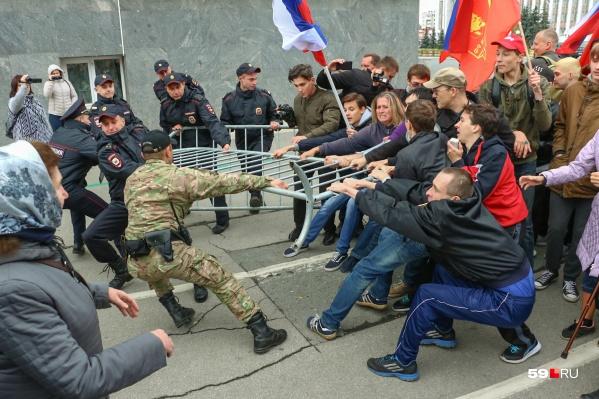 Протестующие пытались прорваться к зданию Законодательного собрания