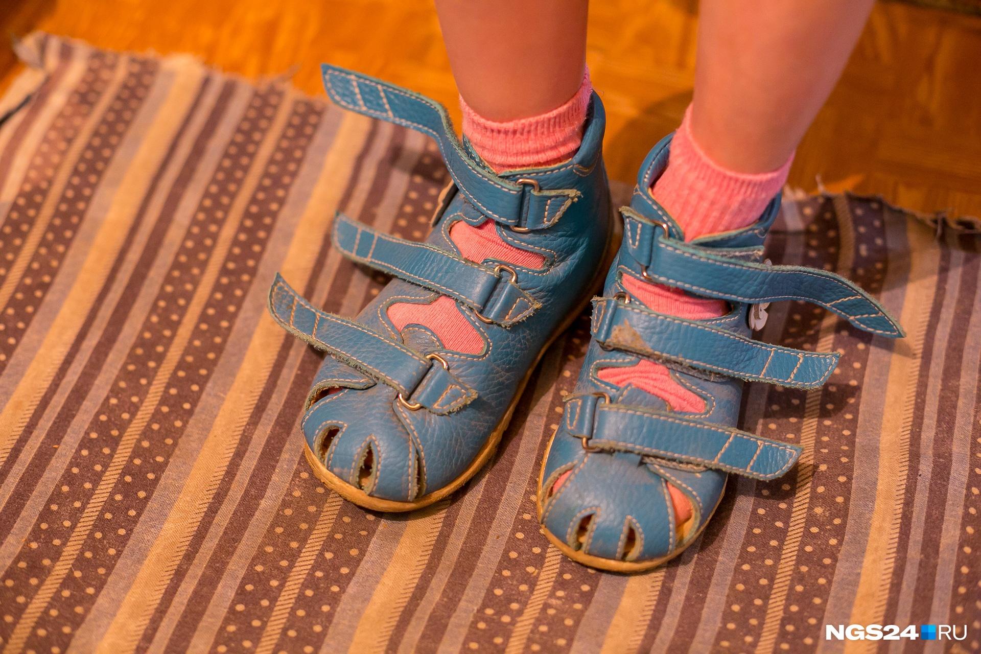 Такие сандалии жутко дорогие, девочка еще растет и поэтому менять их приходится каждый сезон