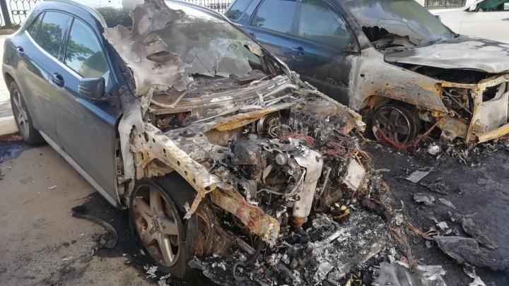 «Тушили шесть человек»: в центре Ярославля сгорели три припаркованные машины