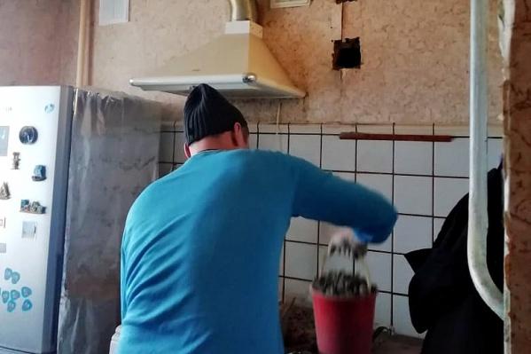 Рабочие всё же прочистили в квартире вентиляцию
