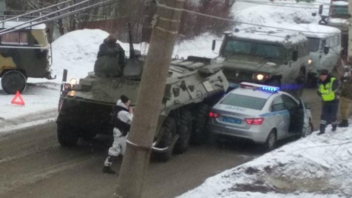 «Это Россия!»: в Ярославле столкнулись военный бронетранспортёр и служебная машина ДПС