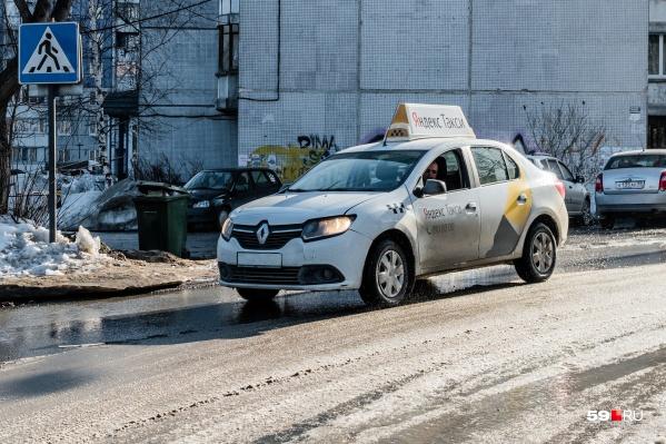Автомобили «Яндекс.Такси» видны издалека благодаря фирменным наклейкам