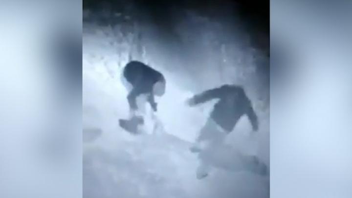 Двое мужчин попали на видео в момент жестокого избиения женщины возле Теплотеха