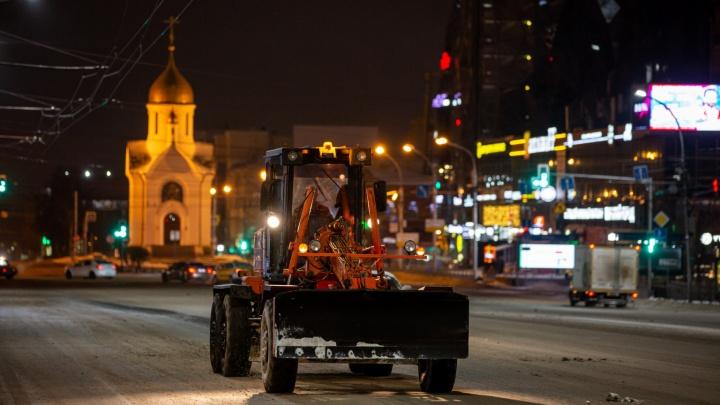 Последствия первой метели: дорожники вышли на ночную уборку заснеженных улиц Новосибирска