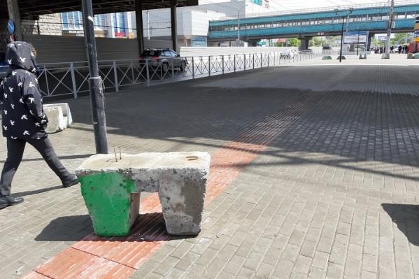 Блоки стоят на тактильной плитке в двух местах