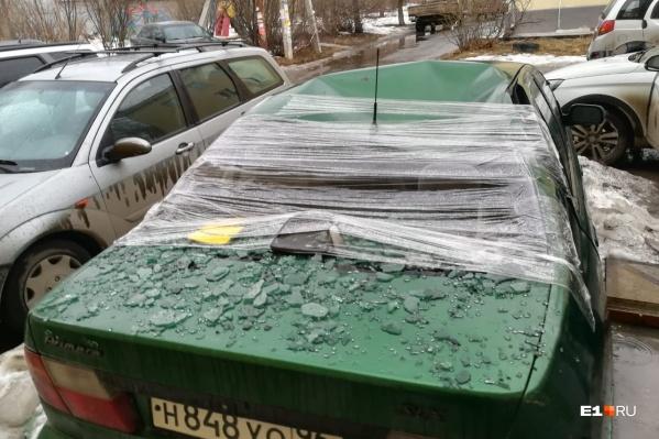 У автомобиля сильно повреждена крыша и разбито заднее стекло