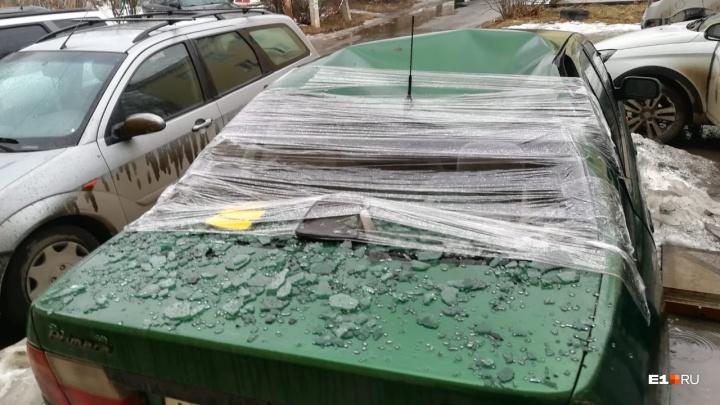 Смяла крышу и разбила стекло: на Вторчермете глыба льда упала на Nissan