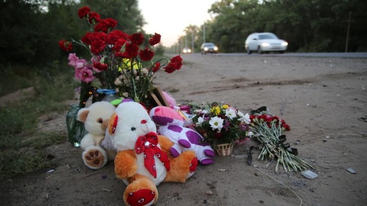 Волгоградцы везут цветы и игрушки к месту страшной аварии