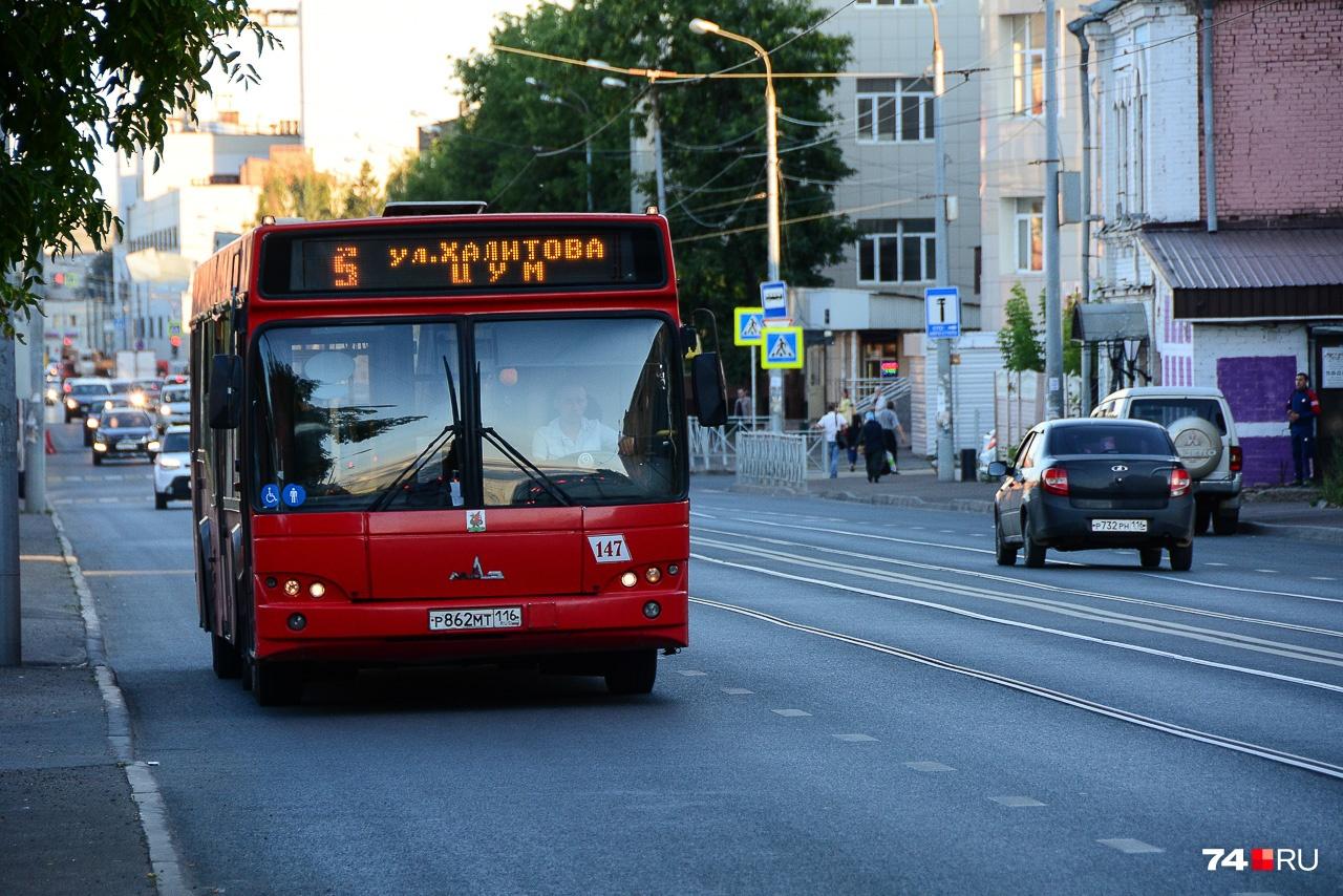 Казань: автобус едет по выделенной полосе, заезжать на которую также могут легальные таксисты