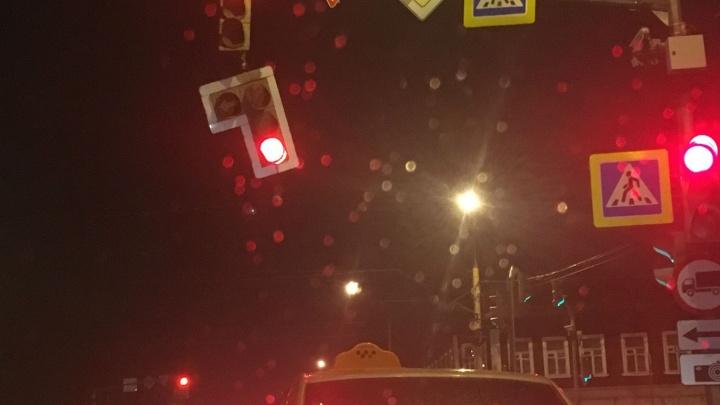 «Смотрите, чтобы не упал на машину»: где нашли накренившийся светофор в Ярославле