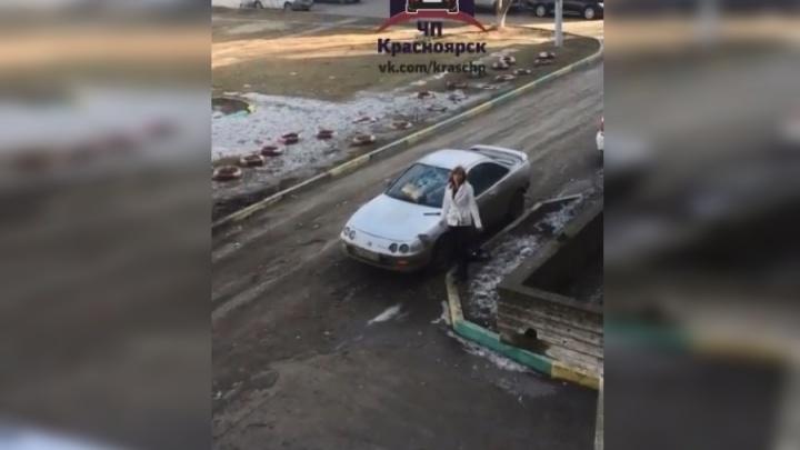 Разъяренная женщина била окна автомобиля с криками «Ты мне изменяешь»