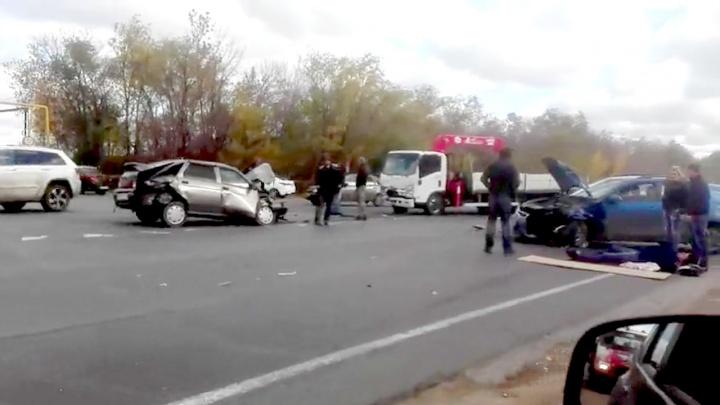«Люди лежали на дороге»: очевидцы сняли на видео место аварии с автоэвакуатором