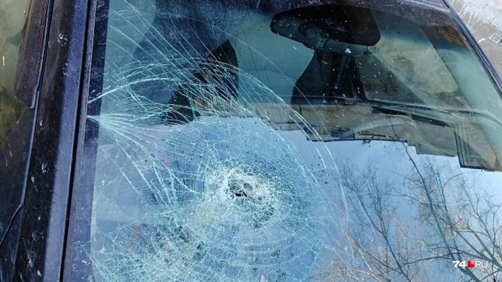«Лобовое стекло пробило насквозь»: глыба, упавшая с крыши дома, разбила машину челябинца