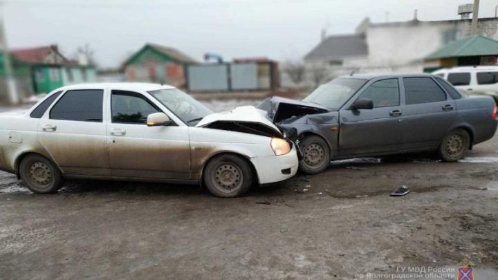 В Волгоградской области двое человек госпитализированы в результате столкновения «Приор»