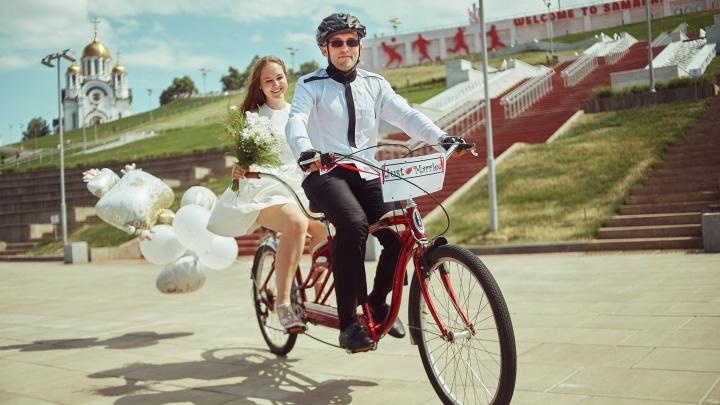 С таксой и на велосипеде: как женятся самарцы и отмечают свои свадебные юбилеи