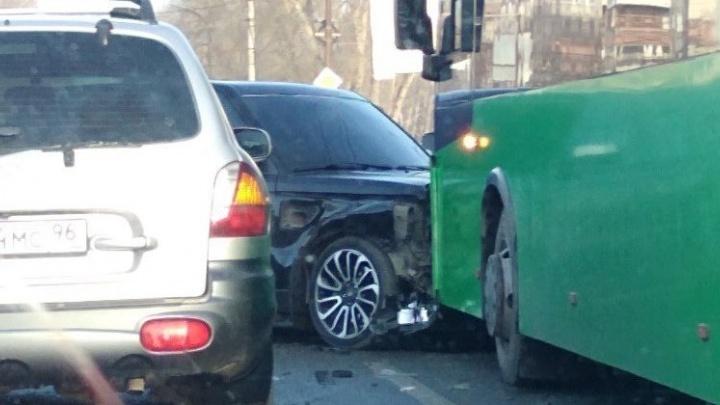 Четверо на одного: на Объездной легковушки столкнулись с зелёным автобусом