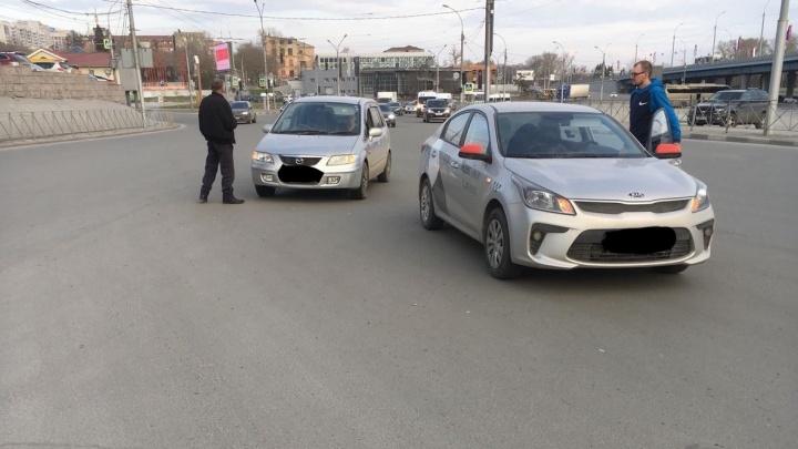 Машина такси столкнулась с «Маздой» в Октябрьском районе