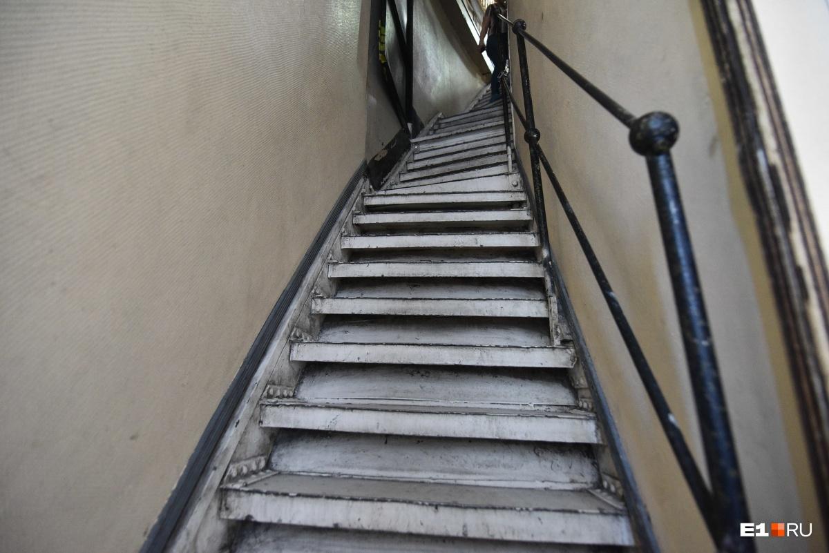 По узенькой лестнице поднимаемся наверх