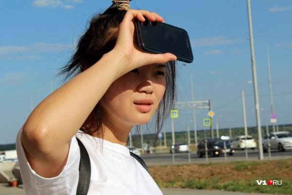 Китаянки в Волгограде забывают про длинные рукава и покрываются загаром