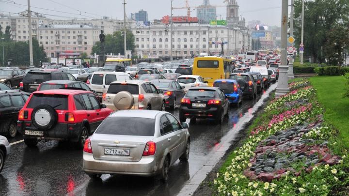Спасибо дорожникам и погоде: вечером во вторник Екатеринбург встал в десятибалльных пробках