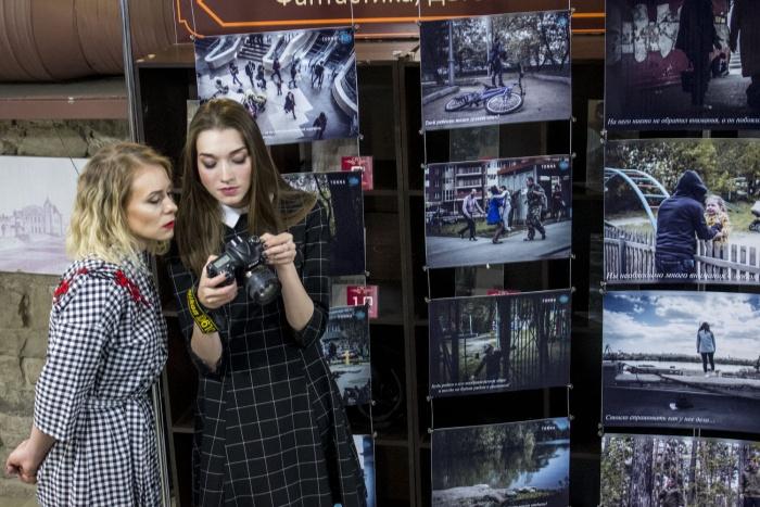 Сибирячки Наталья Наумова (слева) и Анастасия Прушинская открыли сегодня выставку о потерянных детяхв литературном магазине «КапиталЪ»