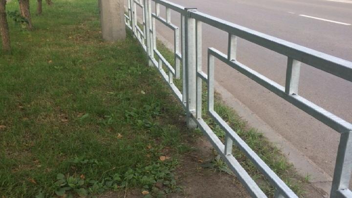 На Семафорной поставили новые заборчики: их просто вбили в землю без цемента
