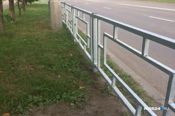 Странно установленный забор замечен в районе домов 59–61 по улице 60 лет Октября
