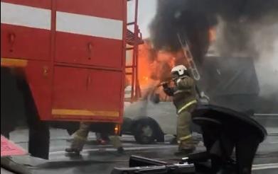 «Лишь бы не взорвался»: в Ярославской области загорелась врезавшаяся в фуру «Газель»