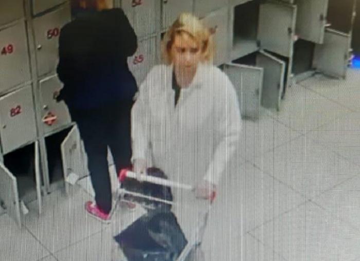 Женщина, забравшая чужой кошелек, попала в объектив камер видеонаблюдения