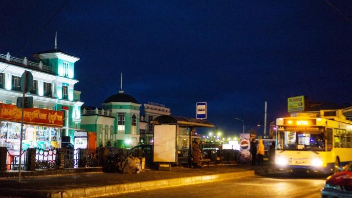 В Омске убрали троллейбусную остановку напротив ж/д вокзала