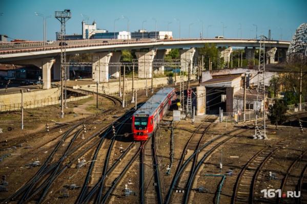 """Пока метро нет, некоторые жители Ростова добираются в пригород на электричк<nobr class=""""_"""">а</nobr>х"""
