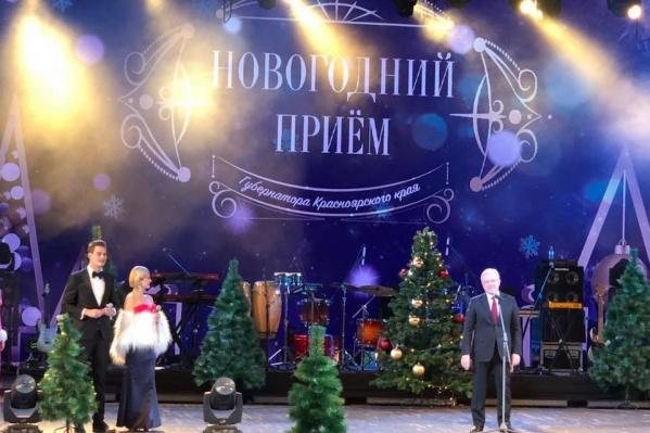 Александр Усс выступает на закрытой встрече в честь Нового года