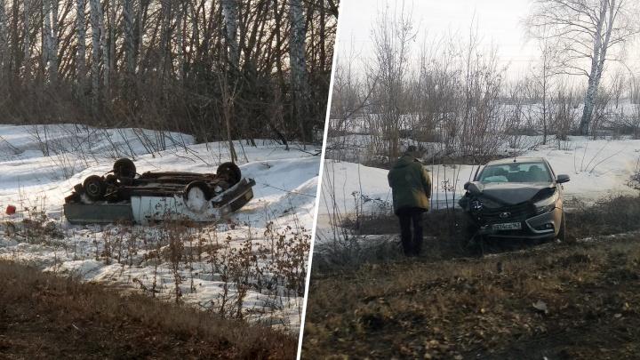 На трассе под Тольятти Lada Vesta опрокинулась в кювет после столкновения с Lada Kalina
