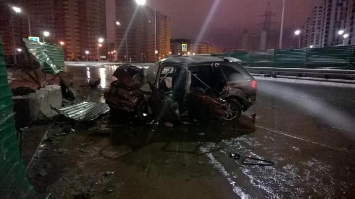 Пьяный водитель Lifan врезался в ограждение развязки на Федюнинского